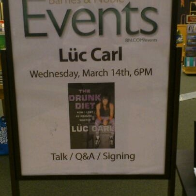 Photo taken at Barnes & Noble by Dondi H. on 3/14/2012