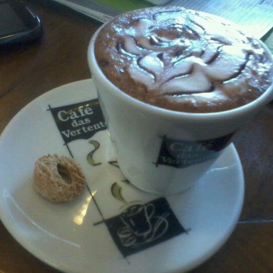 Minha dica é o Marcelo Xavier: café expresso com chocolate em pó e leite cremoso e canela.