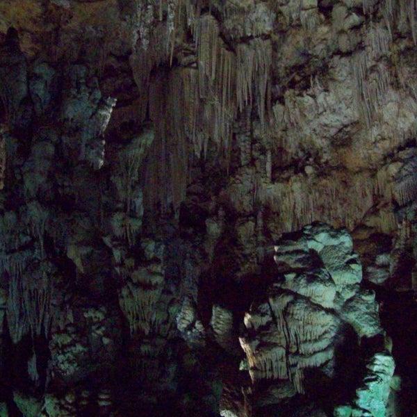 Un paraíso subterraneo. Además de sus formaciones petreas, tienen restos arqueologicos expuestos en vitrinas y pinturas rupestres