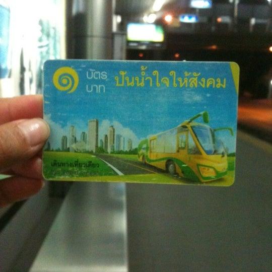 Photo taken at BRT วัดปริวาส (Wat Pariwat) by che ru bin on 5/13/2012