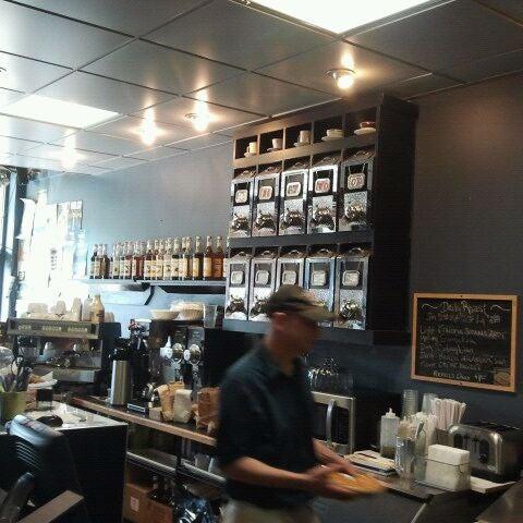 Foto tirada no(a) Crestwood Coffee Co. por FinerGrind Coffee R. em 4/10/2012