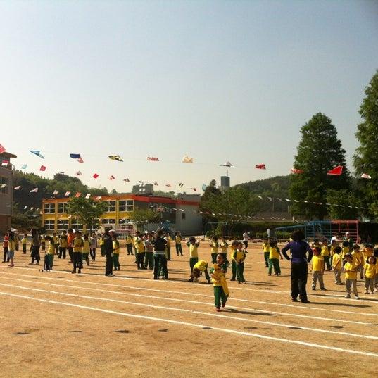 Photo taken at 성황초등학교 by Kyungbae Y. on 5/4/2012