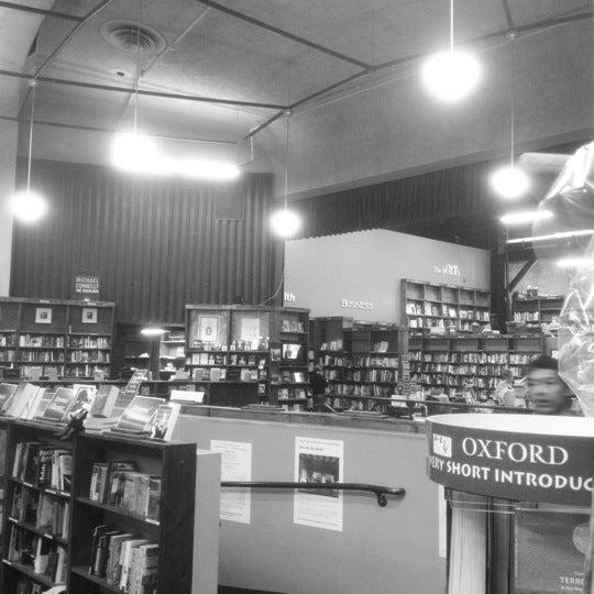 รูปภาพถ่ายที่ Tattered Cover Bookstore โดย Michael S. เมื่อ 3/10/2012