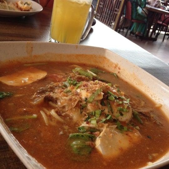Photo taken at Restoran Pinang Sebatang by Mira S. on 3/28/2012