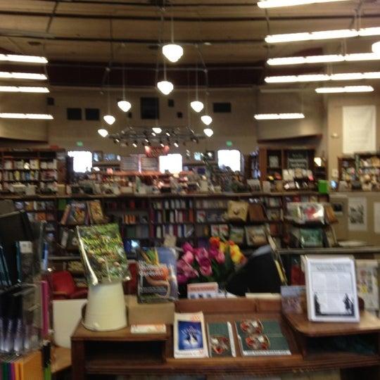 รูปภาพถ่ายที่ Tattered Cover Bookstore โดย Juli D. เมื่อ 9/1/2012