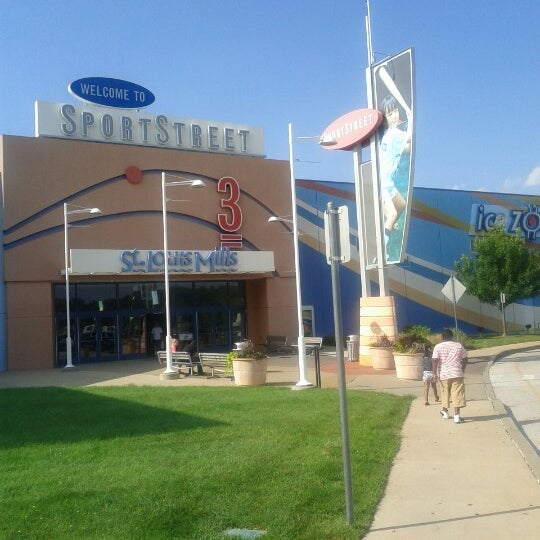 Photo taken at St. Louis Outlet Mall by Lakiesha D. on 7/29/2012