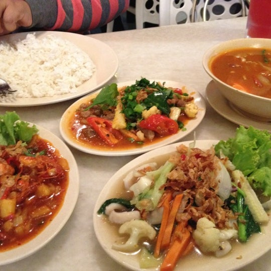 Photo taken at Restoran Sambal Hijau by Rezzal N. on 7/19/2012