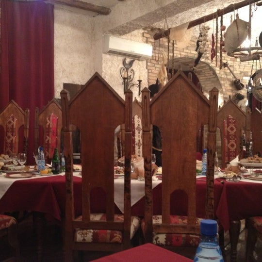 Снимок сделан в Old Erivan Restaurant Complex пользователем Ameen H. 8/18/2012