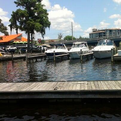 รูปภาพถ่ายที่ Hooters โดย Vivian B. เมื่อ 7/6/2012