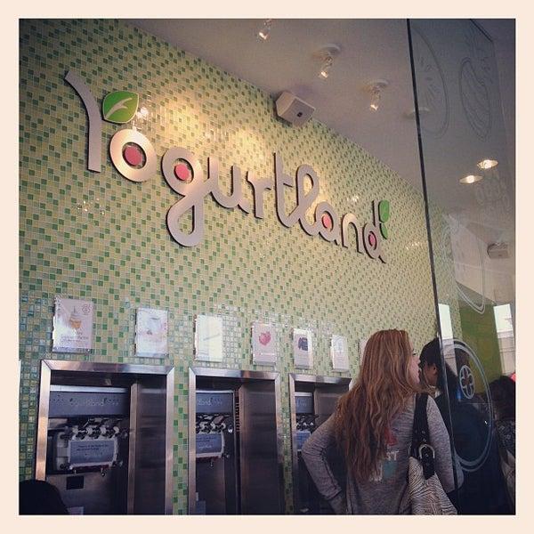 Photo taken at Yogurtland by べぇ on 7/27/2012