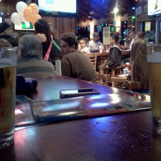 รูปภาพถ่ายที่ Hooters โดย Brittny S. เมื่อ 4/12/2012