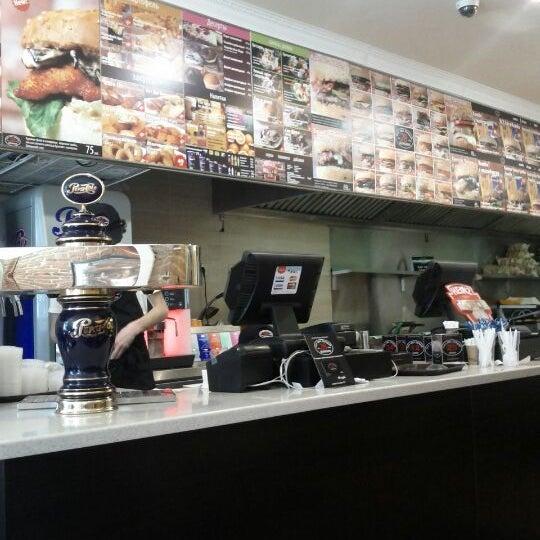 Снимок сделан в City Grill Express пользователем Roberto B. 5/17/2012