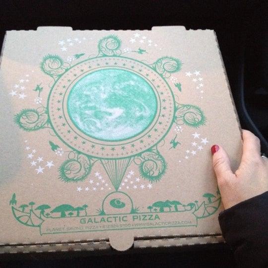 Foto tomada en Galactic Pizza por Jenny P. el 2/26/2012