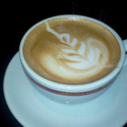 Das Foto wurde bei Adriano's Bar & Café von Erich v. am 5/23/2012 aufgenommen