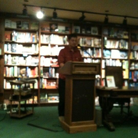รูปภาพถ่ายที่ Tattered Cover Bookstore โดย Jeremy B. เมื่อ 5/24/2012