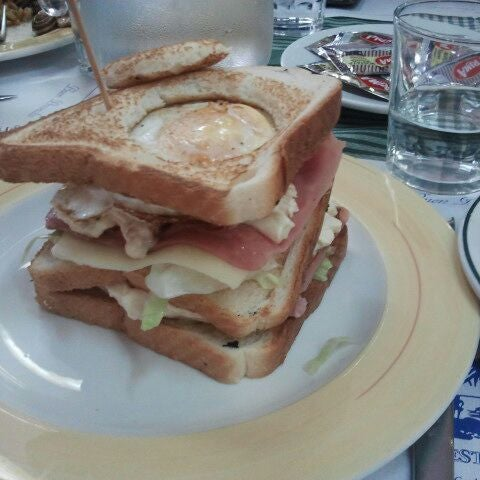 El sandwich tropical es increible.