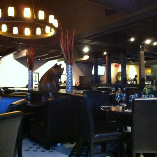 Photo taken at Earls Restaurant by Otto K. on 5/3/2012