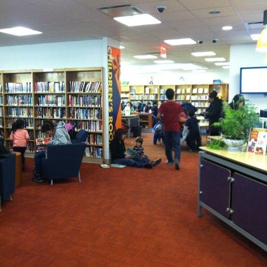 Foto tomada en Queens Library at Sunnyside por Elizabeth el 2/18/2012