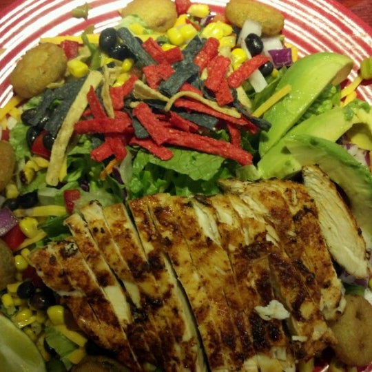 Photo taken at Red Robin Gourmet Burgers by LoG S. on 6/18/2012