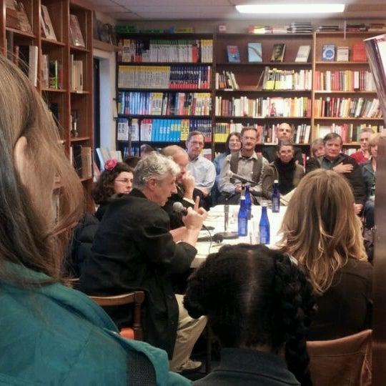 Foto tirada no(a) Politics & Prose Bookstore por Crystal D. em 4/11/2012