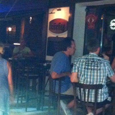รูปภาพถ่ายที่ Körfez Bar โดย Ugur U. เมื่อ 8/5/2012