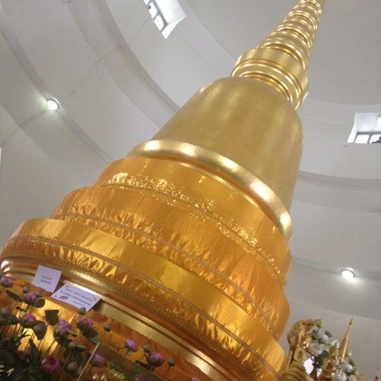 Photo taken at พระบรมสารีริกธาตุ วัดพระศรีมหาธาติ by krate on 4/16/2012