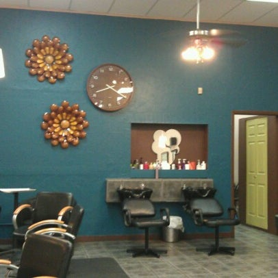 Photo taken at Split Endz Hair and Nails by Jeffrey Trent K. on 7/19/2012