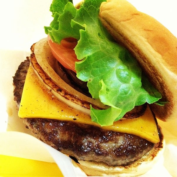 Photo taken at Freshness Burger by Daisuke S. on 8/6/2012