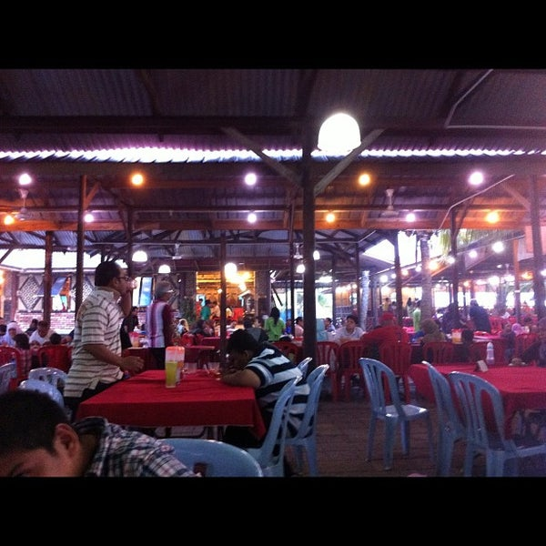 Photo taken at Aroma Ikan Bakar by Idzwan Z. on 6/16/2012