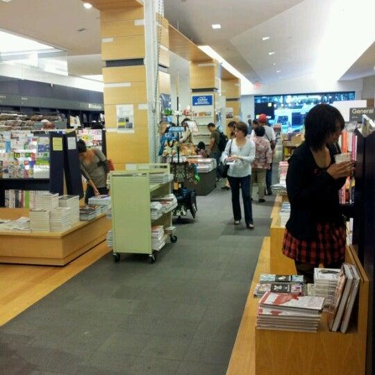รูปภาพถ่ายที่ Kinokuniya Bookstore โดย Savvy L. เมื่อ 6/9/2012