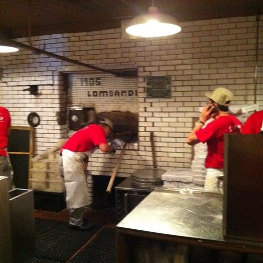 Das Foto wurde bei Lombardi's Coal Oven Pizza von David M. am 6/14/2012 aufgenommen