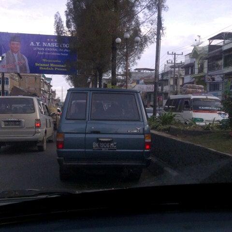 Photo taken at Pasar kaget berastagi by Hendry P. on 8/20/2012