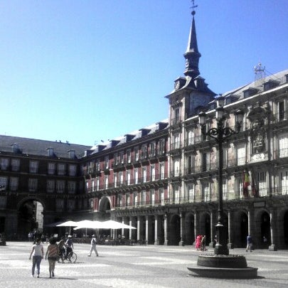 Photo taken at Plaza del Dos de Mayo by Cindy C B. on 8/14/2012