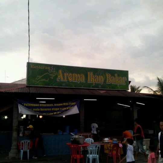 Photo taken at Aroma Ikan Bakar by Adrian A. on 5/1/2012