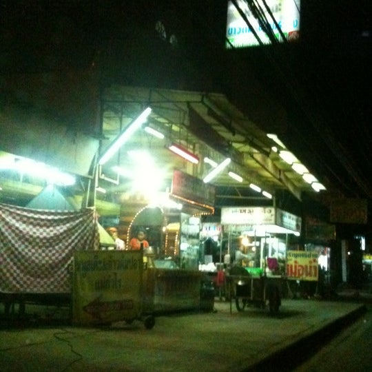 Photo taken at หมูสะเต๊ะแม่กำไร by IamPex on 8/25/2012