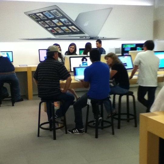Photo taken at Apple La Cantera by Juan Carlos B. on 7/14/2012