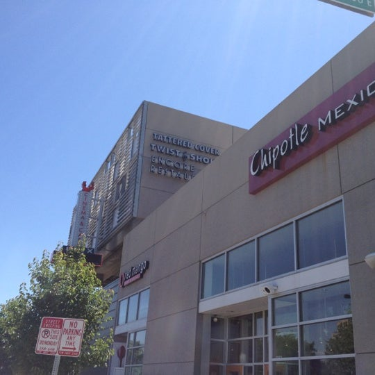 รูปภาพถ่ายที่ Tattered Cover Bookstore โดย Ishtiaq B. เมื่อ 5/28/2012
