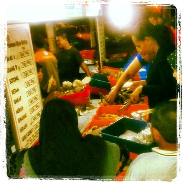 Photo taken at Aroma Ikan Bakar by Azree A. on 7/17/2012