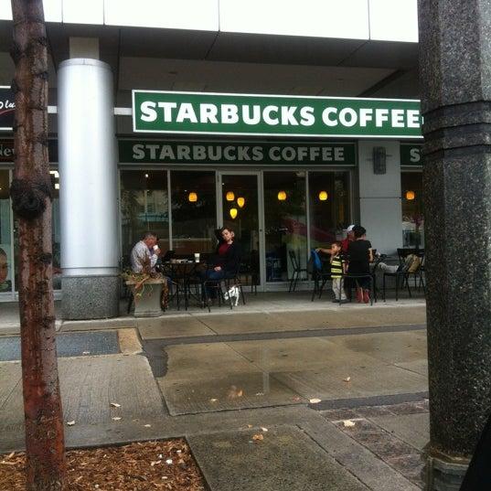 รูปภาพถ่ายที่ Starbucks โดย Oscar J. เมื่อ 9/4/2012