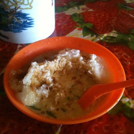 Photo taken at Donald & Lily Nyonya Food by Tasuyuki T. on 3/17/2012