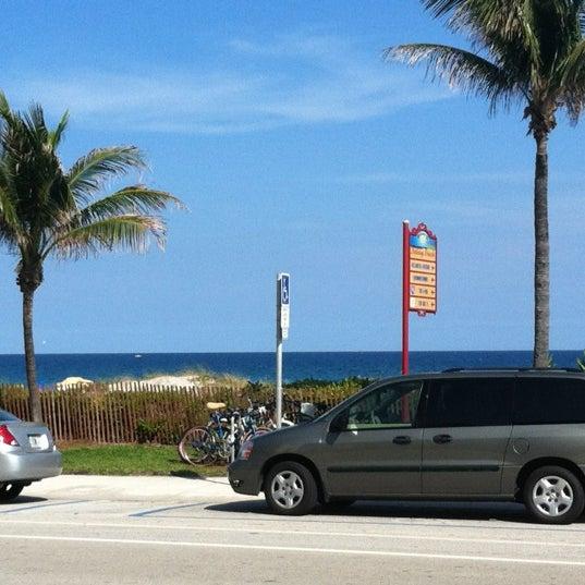 รูปภาพถ่ายที่ Boston's On The Beach โดย Shira T. เมื่อ 2/22/2012