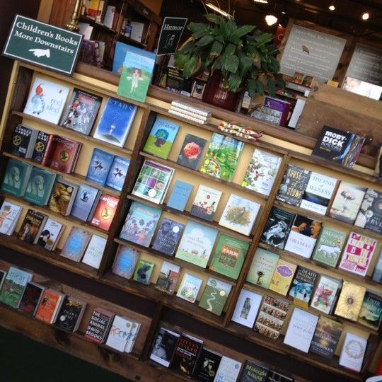 รูปภาพถ่ายที่ Tattered Cover Bookstore โดย Karen G. เมื่อ 3/4/2012