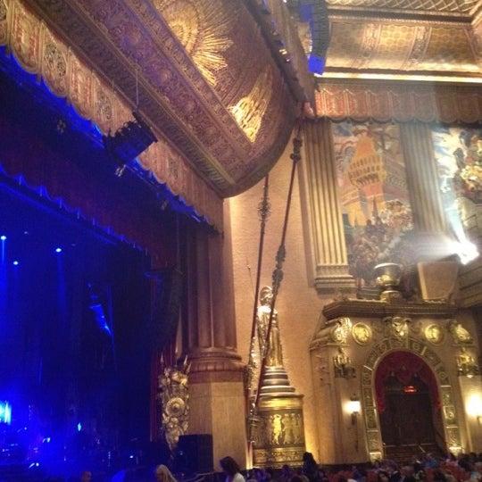รูปภาพถ่ายที่ Beacon Theatre โดย Muge E. เมื่อ 5/31/2012