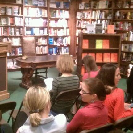 รูปภาพถ่ายที่ Tattered Cover Bookstore โดย BoulderRunner เมื่อ 3/23/2012