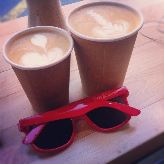 Снимок сделан в Blue Bottle Coffee пользователем Lara Z. 5/13/2012