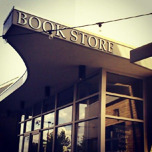 รูปภาพถ่ายที่ Tattered Cover Bookstore โดย Jeffrey C. เมื่อ 7/9/2012