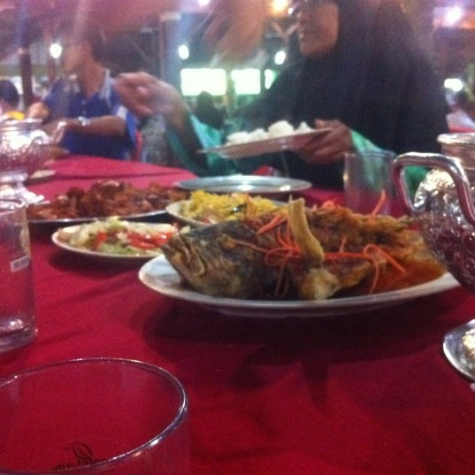 Photo taken at Aroma Ikan Bakar by hafiz on 3/31/2012