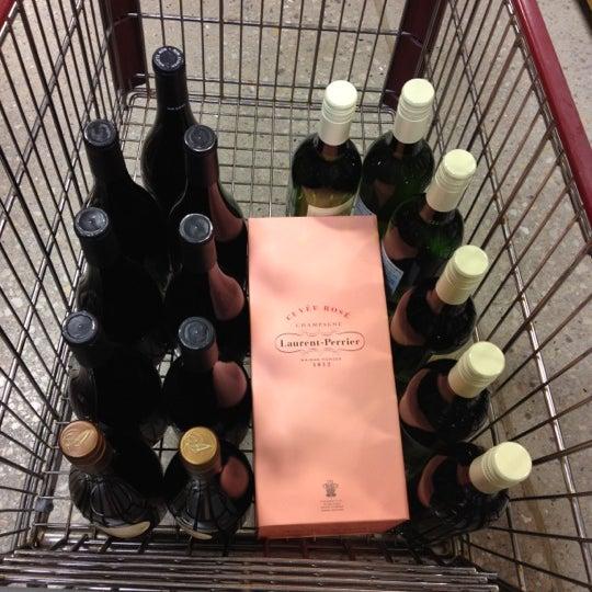 รูปภาพถ่ายที่ Binny's Beverage Depot โดย Caroline V. เมื่อ 5/17/2012
