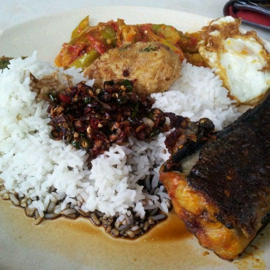 Photo taken at Restoran Sambal Hijau by Amani Sydde H. on 5/4/2012
