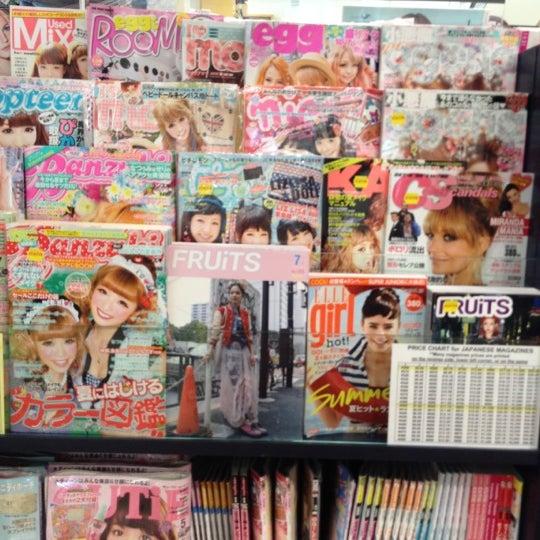 รูปภาพถ่ายที่ Kinokuniya Bookstore โดย Cat L. เมื่อ 6/30/2012